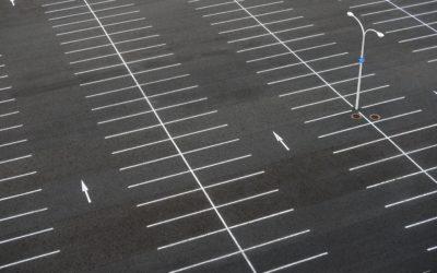 Parkplatz eines Einkaufscenters gehört zu öffentlichem Straßenverkehr